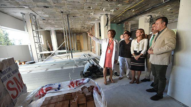 La consejera de Salud, Marina Álvarez, ayer en su visita a las obras de los hospitales de Granada. / G. H.