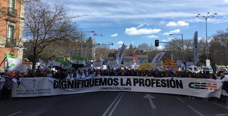 Médicos de toda España se manifiestan en Madrid por la dignidad de la profesión y más recursos para la sanidad pública.