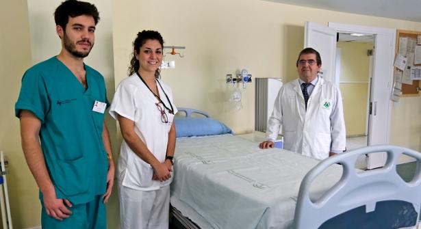 El decano de Medicina de Cádiz, Antonio Lorenzo (dcha.), es uno de los 23 profesores vinculados que quedan en su Facultad. En la imagen, en el Hospital de Puerto Real a finales de diciembre. / FITO CARRETO